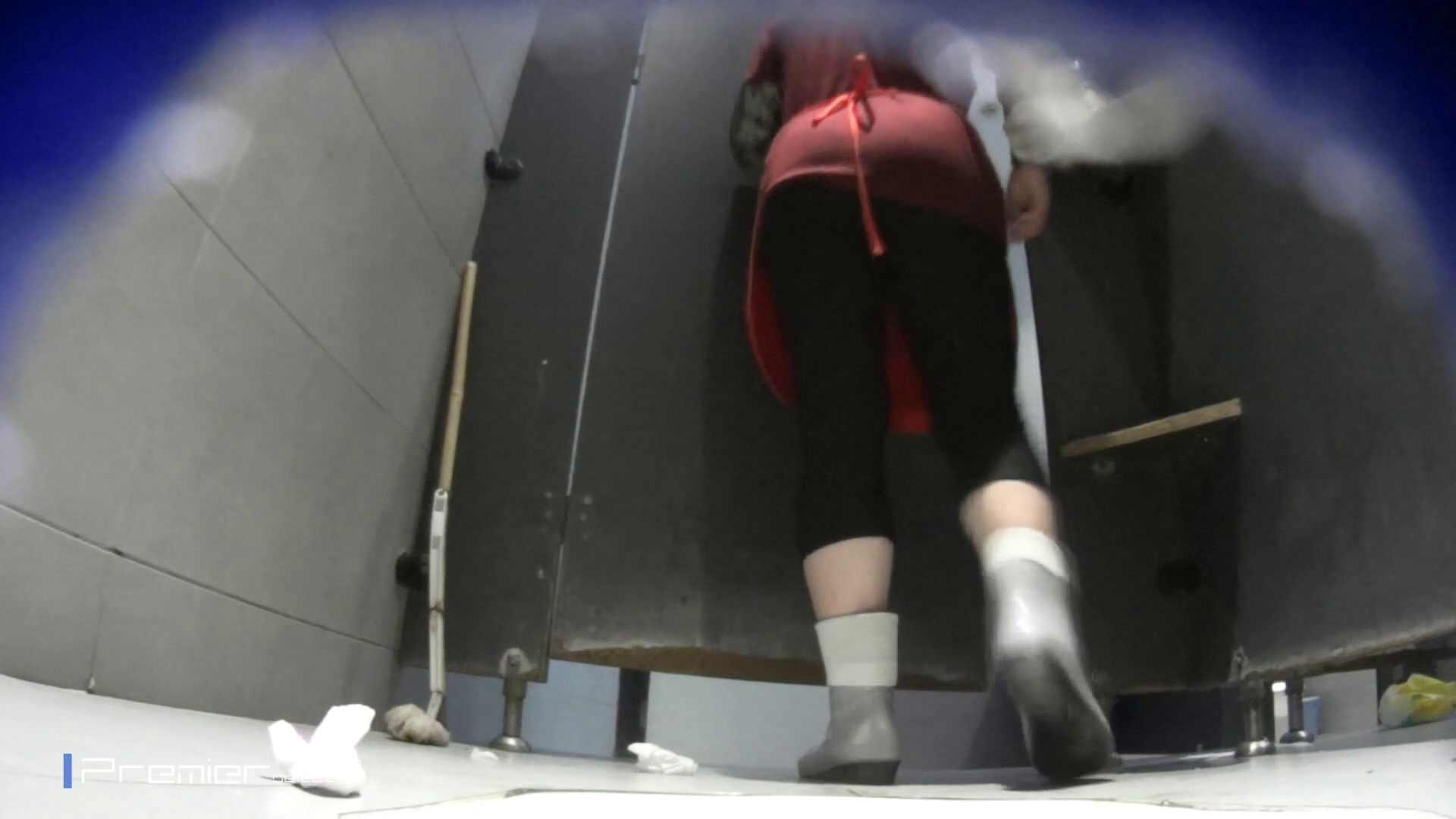 熟女の洗面所 若い子もいます。大学休憩時間の洗面所事情68 お姉さん  99pic 4